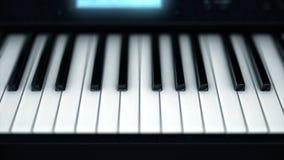 Närbild av elektroniska pianotangenter Smart matning på abstrakta tangenter av det glödande elektroniska pianot musikaliska instr royaltyfri bild
