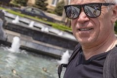 Närbild av en äldre man nära springbrunnen royaltyfri bild