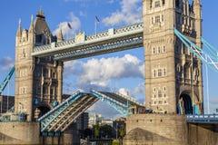 Närbild av en öppen tornbro Arkivfoton