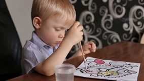 Närbild av en barnteckning med borsten och målarfärger lager videofilmer