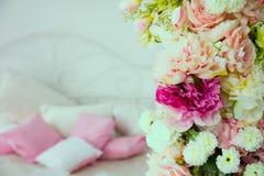 Närbild av en blommagirland på bakgrunden av kuddar Arkivbild