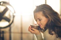 Närbild av en brunettkvinna i profil royaltyfri bild