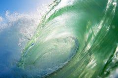 Närbild av en brytande havvåg på stranden arkivbild