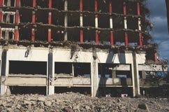 Närbild av en byggnad som demoleras royaltyfri bild