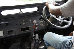Närbild av en chaufför i ett gammalt av-väg medel royaltyfri bild