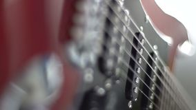 Närbild av en elektrisk gitarr arkivfilmer