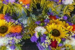 Närbild av en färgrik bukett av olika blommor arkivfoton