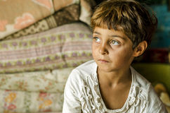 Närbild av en fattig flicka från Rumänien Arkivfoto