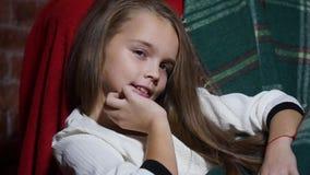 Närbild av en flicka med stora ögon och härligt hår arkivfilmer