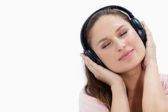 Närbild av en flicka som lyssnar till musik royaltyfri bild