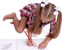 Närbild av en flickateckning Förskole- unge som drar färgrika bilder Ett barn med färgblyertspennor tillbaka begreppsskola till Arkivfoton