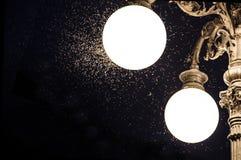 Närbild av en gammal gatalampa med myggor Arkivfoton