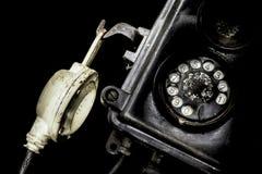 Närbild av en gammal svart telefon Arkivfoto