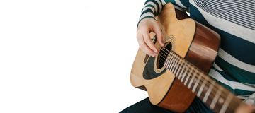 Närbild av en gitarrist som spelar en gitarr på en vit bakgrund royaltyfri foto