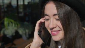 Närbild av en gullig flicka med en smartphone stock video