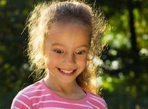 Närbild av en gullig flicka som ser förvånad Arkivfoto