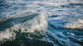 Närbild av en härlig våg Abstrakt bakgrund för vågfärgstänkdetaljer royaltyfri fotografi