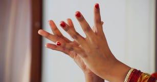 Närbild av en hand för kvinna` s, indisk flickadansare i ställingen av den indiska dansen Indisk klassisk dansbharatanatyam Royaltyfria Foton