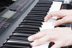 Närbild av en hand för musikaktör` som s spelar pianot, hand för man` s, klassisk musik, tangentbord, synt, pianist Royaltyfri Foto