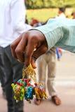 Närbild av en hand som rymmer handgjorda nyckel- kedjor på den lilla fläcken Royaltyfri Bild