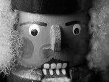 Närbild av en ilskna seende Nussknacker som är svartvit royaltyfria foton