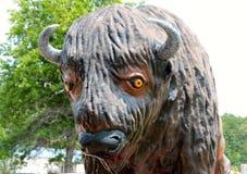 Närbild av en jätte- staty av en bison Arkivbild