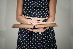 Närbild av en kristen kvinna som läser bibeln arkivbilder