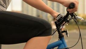 Närbild av en kvinna på en cykel stock video
