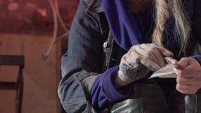 Närbild av en kvinna som dekorerar yttersidan av metallprodukter arkivfilmer
