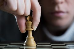 Närbild av en kvinna som spelar schack royaltyfri fotografi