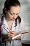 Närbild av en kvinnlig doktorshandstil Royaltyfri Foto
