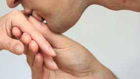 Närbild av en kyss för händer Mannen kysser handen för kvinna` s Isolerat över vitbakgrund arkivfilmer