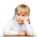 Närbild av en ledsen liten flicka arkivbilder