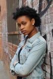 Närbild av en ledsen och deprimerad afrikansk kvinna djupt i tanke utomhus arkivfoto