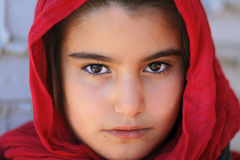 Närbild av en liten flicka med hijab Arkivfoto