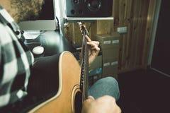 Närbild av en man som spelar den spanska gitarren Gitarrist och musiker royaltyfri fotografi