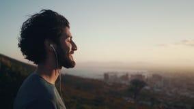 Närbild av en man som tycker om soluppgången arkivfilmer