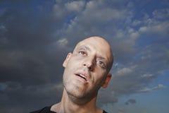 Närbild av en man som utomhus ser bekymrad Fotografering för Bildbyråer