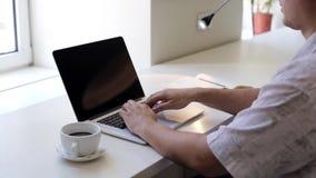 Närbild av en manmaskinskrivning på en bärbar dator lager videofilmer