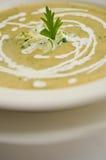 Närbild av en persiljabladgarnering på en zucchini- och morotcrea Arkivfoto