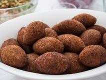 Närbild av en platta med kibbe, en berömd arabisk mat royaltyfri foto