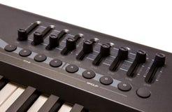 Närbild av en rad av faders på en MIDI kontrollant Arkivbild