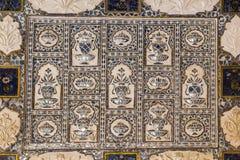 Närbild av en rikt dekorerad vägg i bärnstensfärgat fort i Jaipur royaltyfria foton