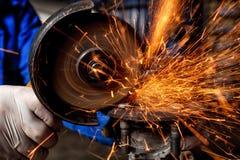 Närbild av en sågande metall för man royaltyfri foto