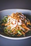 Närbild av en sallad av asiatisk kokkonst med morötter Arkivfoto