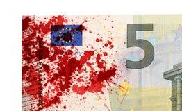 Närbild av en sedel för euro som 5 befläckas med blod Arkivbilder
