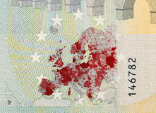 Närbild av en sedel för euro som 5 befläckas med blod Royaltyfri Foto