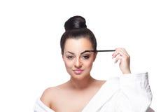 Närbild av en skönhetkvinna som gör makeup royaltyfri fotografi