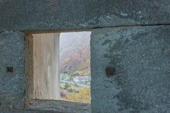 Närbild av en slits av en gammal slott Arkivbilder