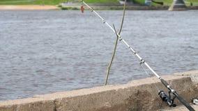 Närbild av en snurrstång av fiskare` s lager videofilmer